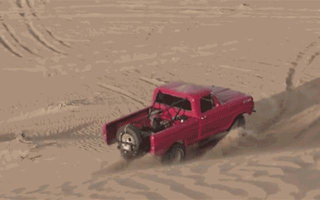 Questo pazzo Ford F-250 a Dubai è un enorme dito medio nella sabbia