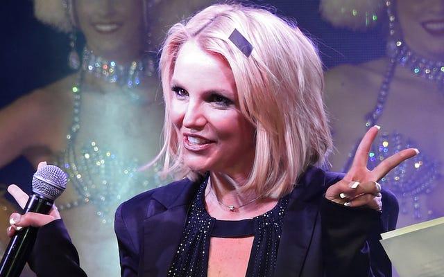 Britney Spears cae en el escenario en Las Vegas, sonríe