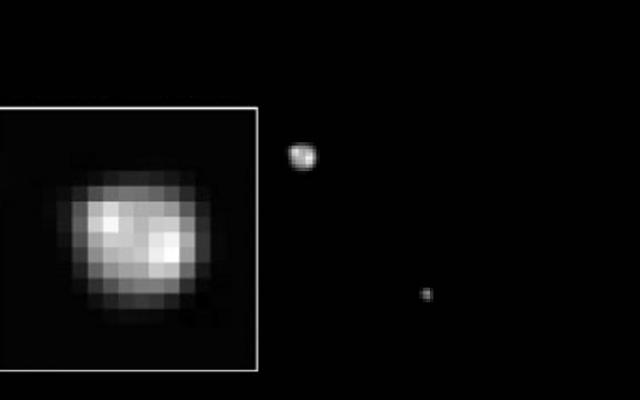 新しい地平線が近づくと、冥王星の表面の特徴に焦点が当てられます