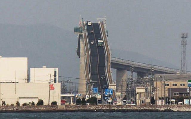日本のこのクレイジーな橋は恐ろしいジェットコースターのように見えます