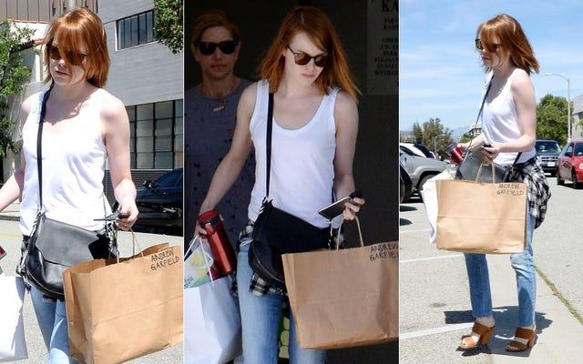 エマ・ストーンがアンドリュー・ガーフィールドの名前が書かれたバッグを持っているのはなぜですか?