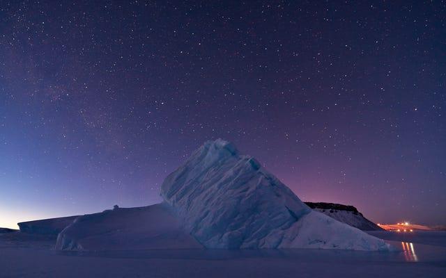 グリーンランドのノーススターベイの凍った水の上に氷山が昇る