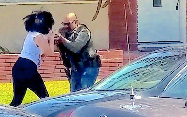 ビデオ:米連邦保安官が女性を急いで撮影し、休憩し、カメラを蹴る