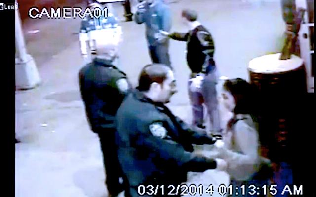 ビデオ:NYPDが女性を撫でる警官を撮影したことで男性を攻撃して逮捕