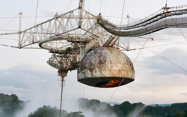 Стареющий гигант телескопов, окутанный тропическим туманом