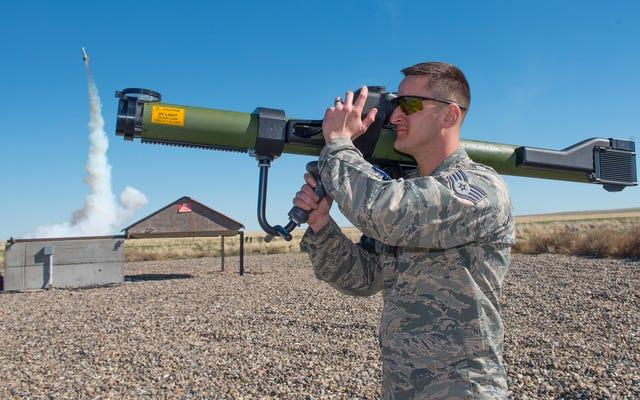 Este Sim montado en el hombro entrena a los pilotos para evadir los misiles tierra-aire