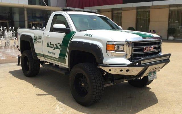 ドバイ警察は甘い新しい砂丘を踏みにじる「作業用トラック」を持っています