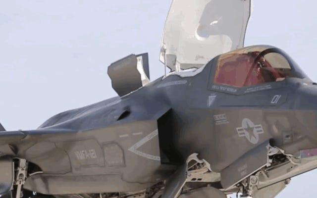 砂漠の偽の船の甲板から着陸するためにF-35Bがホバリングするのを見る