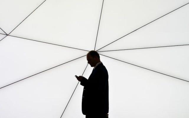 女性は、24時間年中無休の追跡アプリを電話から削除したことで解雇されたと言います
