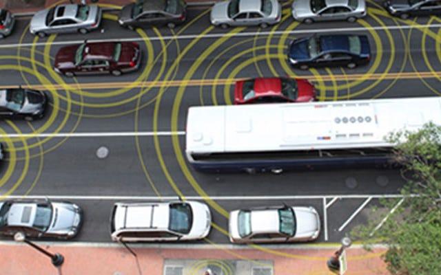 米国政府は焦り、車がお互いに話し合うことを望んでいます
