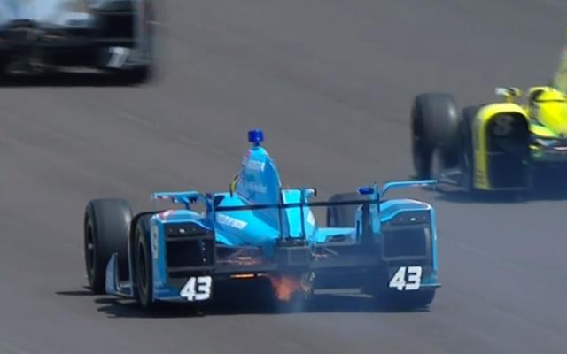 レースが始まる前に1台のIndyCarが発火
