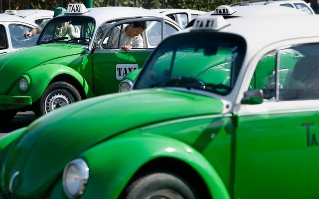 タクシー運転手は不公正な競争のためにメキシコのユーバーに抗議します