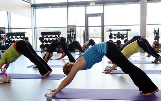 Не исправляйте позу йоги, просто глядя на инструктора