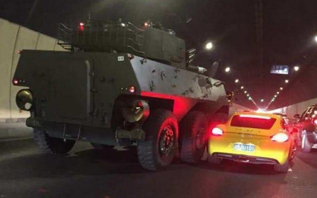 ポルシェ装甲兵員輸送車フェンダーベンダーは現代中国の比喩です