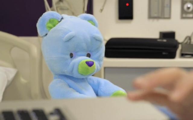 ตุ๊กตาหมีหุ่นยนต์บำบัดจะเล่นกับเด็ก ๆ ในโรงพยาบาล