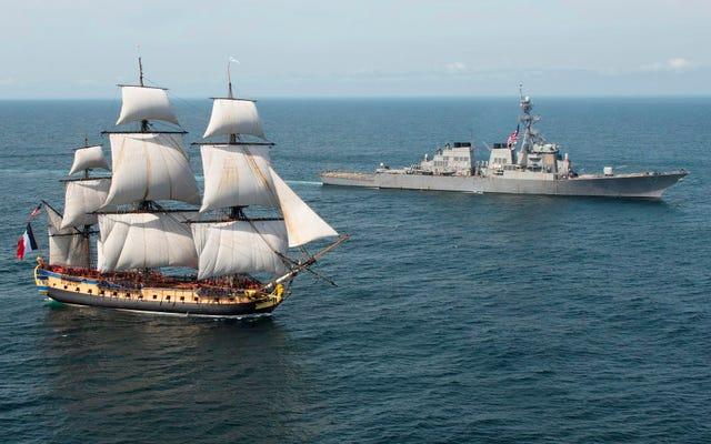 235年前のフランスのフリゲート艦のレプリカを迎える現代の米国駆逐艦
