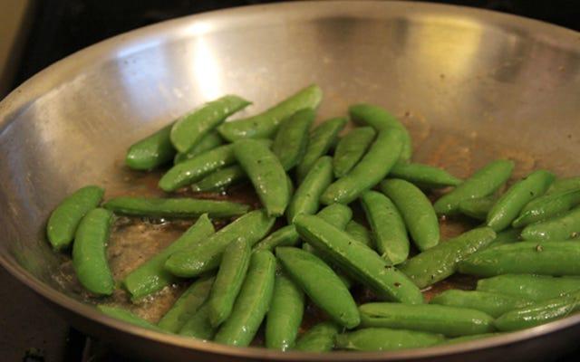 Saltee las verduras hasta que estén tiernas sin que se cocinen demasiado