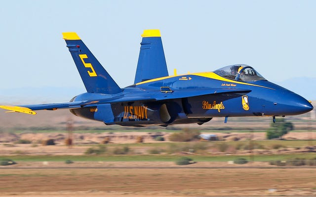 Los avispones Blue Angel F / A-18 se están desmoronando literalmente en el aire