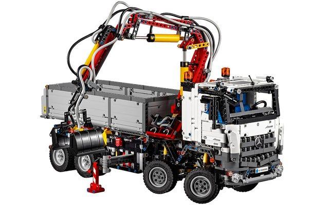लेगो के नए मर्सिडीज-बेंज निर्माण ट्रक की आधिकारिक तस्वीरें दिखाई देती हैं