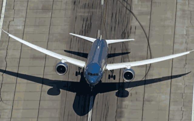 787-9が戦闘機のように空を引き裂くのを見る
