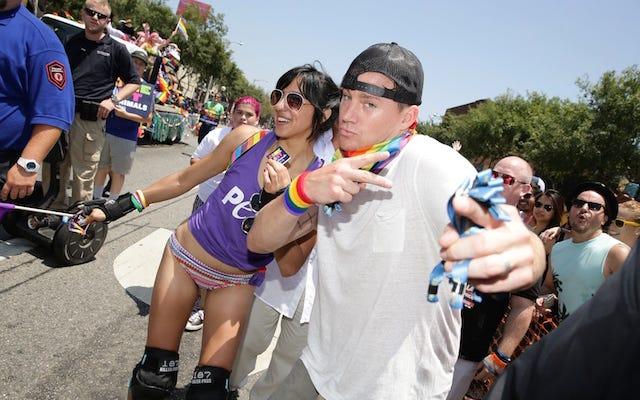 LAのプライドパレードでジャンクを振るチャニング・テイタムです