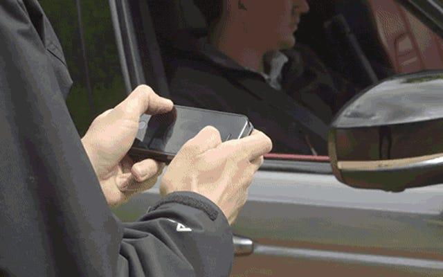 スマートフォンアプリがランドローバーを巨大なRCカーに変える