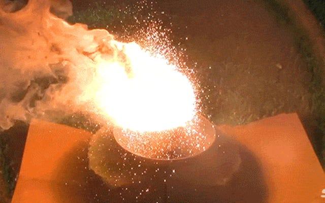 不滅のホッケーパックは、テルミットの果てしない火に耐えることができますか?