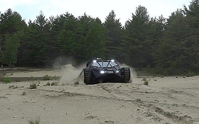 Sehen Sie, wie der Ripsaw EV2 Super Luxury Tank alle Trucks wie Spielzeug aussehen lässt