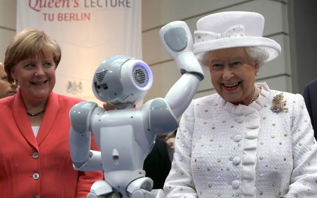 La reina Isabel se encuentra con la futura reina que es un robot y no un humano