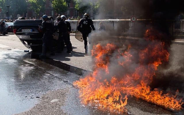 Pengemudi Taksi Paris Membakar Mobil dalam Kekerasan Anti-Uber
