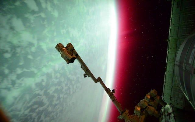Das spektakulärste Foto einer roten Aurora aus dem Weltraum