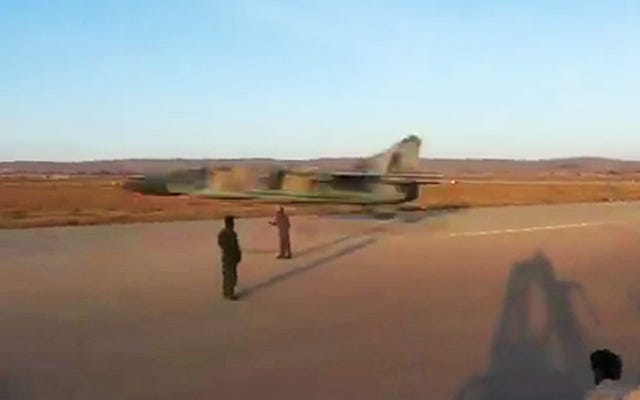 Questo è il flyby più basso e più veloce mai realizzato da un pazzo pilota libico MiG-23