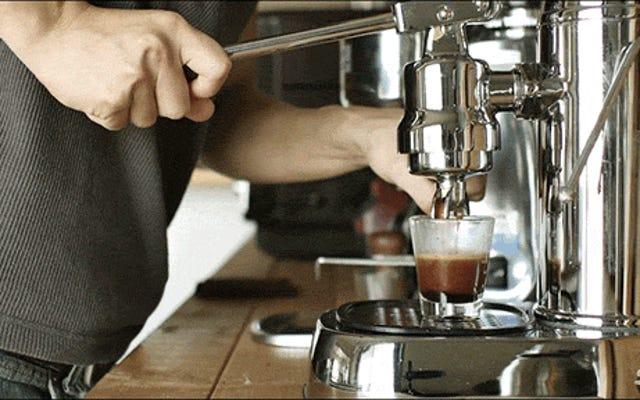 Video: Los sonidos increíblemente relajantes de hacer un café con leche helado