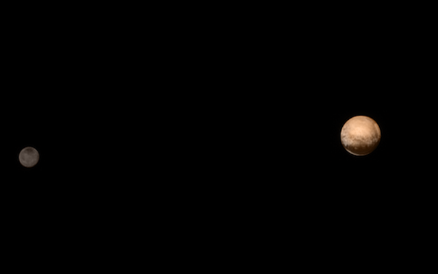 わずか600万キロ離れた冥王星とカロンの最高の写真