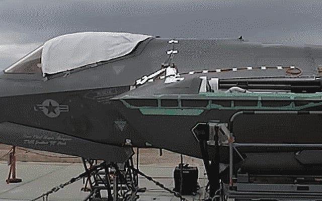 これがF-35Aの内部25mm大砲発射の珍しい一瞥です