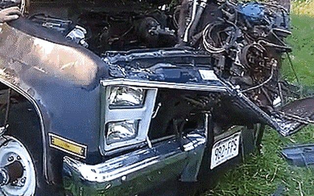 Guarda questo vecchio camion che sputa il motore come un cane malato