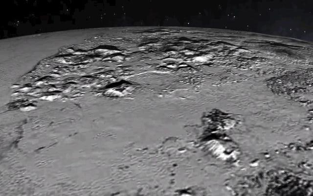 この新しいアニメーションで冥王星の心臓を77,000キロメートルで舞い上がる