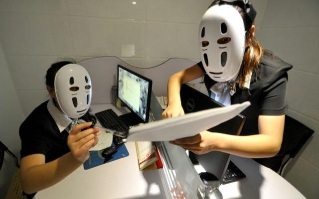 I dipendenti cinesi alleviano lo stress con le maschere dello Studio Ghibli
