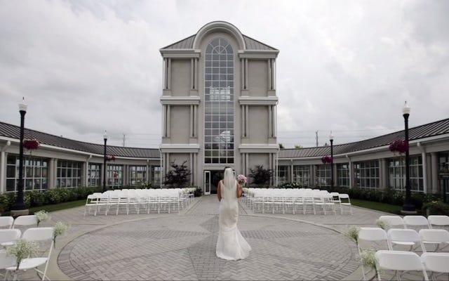 Se marier dans un salon funéraire est définitivement `` une chose '' maintenant