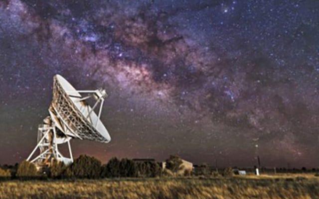 Stephen Hawking Dukung Pencarian Alien senilai $100 juta