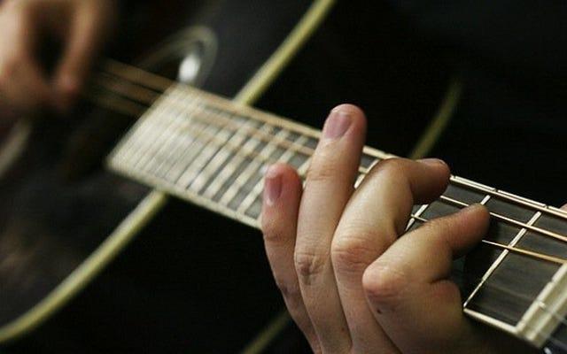 ギターを弾くと指がにおいがする理由(およびそれを防ぐ方法)