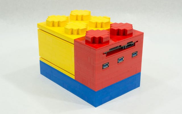 Esta pequeña computadora se apila en un colorido ladrillo Lego