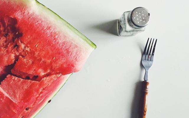 เติมเกลือเล็กน้อยลงในผลไม้เพื่อเพิ่มรสชาติให้มีผลมากขึ้น