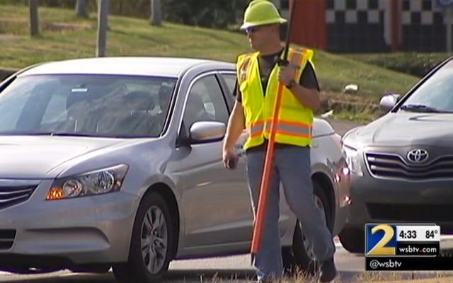 रोड वर्कर्स को अपने फोन की जाँच करने वाले ड्राइवरों को पकड़ने के लिए पुलिस के रूप में पोज़ दें