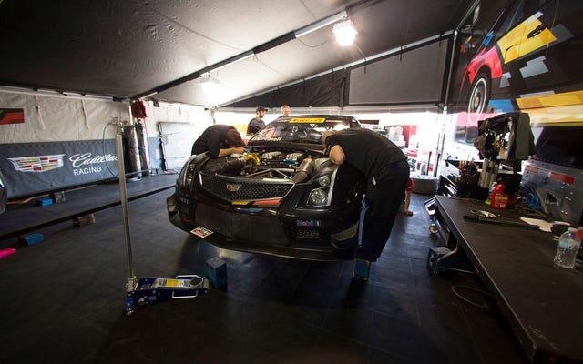キャデラックのモンスターATS-VRレースカーの中に入る