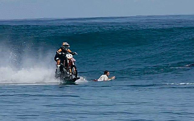 聖なるコジョーンズこの男はダートバイクで海でサーフィンをしている