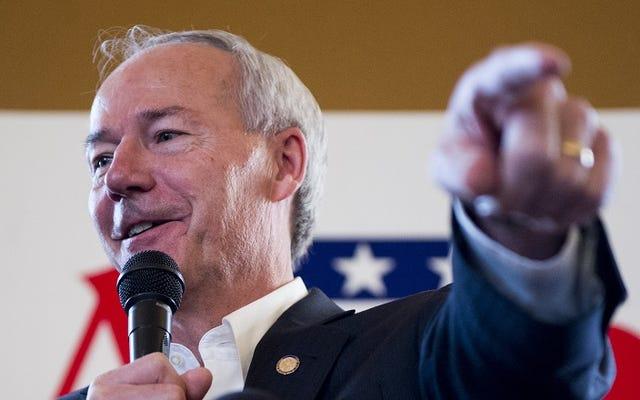 この男はアーカンソー州知事のドメインをLGBTフォーラムにリダイレクトしました