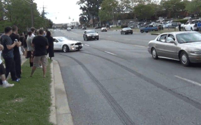 マスタング馬鹿は自動車ショーからはがれ、歩道で群衆に耕す