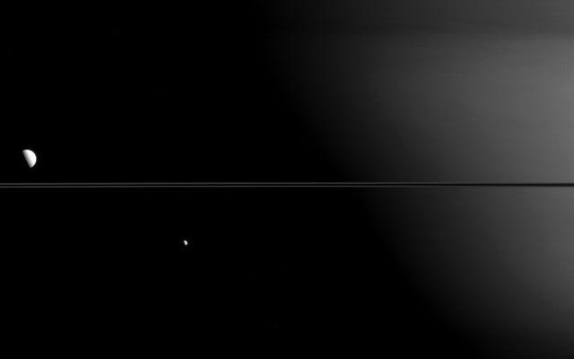 मीमास, डायोन और सैटर्न के वलय एक आदर्श फ़ोटो में संरेखित हैं