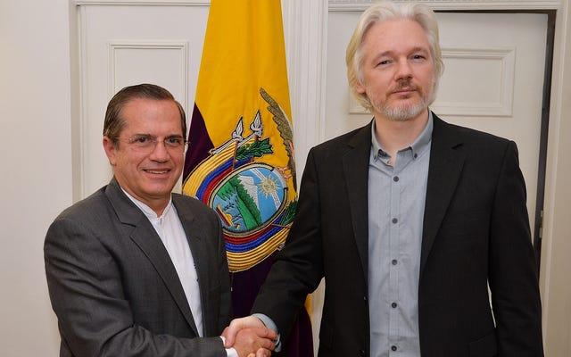 इक्वाडोर में जासूसी के मामलों के सामने असांजे की विडंबनापूर्ण चुप्पी